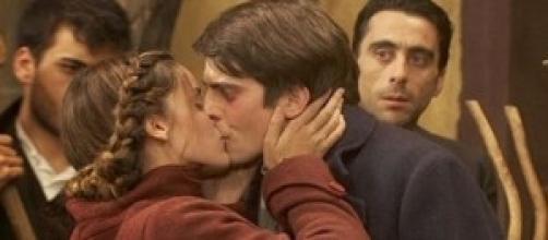 Soledad bacia il maestro di pianoforte Louis
