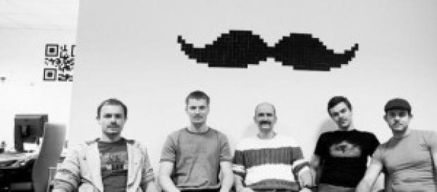 Chicos luciendo bigote con motivo de Movember