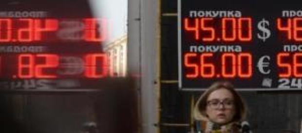 Le rouble poursuit sa descente face a l'€ et au $