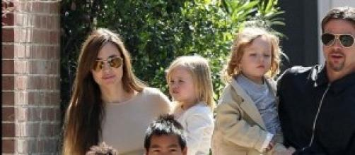 Angelina Jolie y Brad Pitt junto a sus 6 hijos.