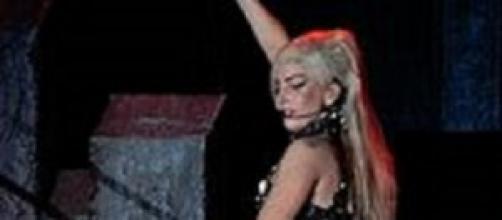 Lady Gaga in uno dei suoi spettacolari abiti