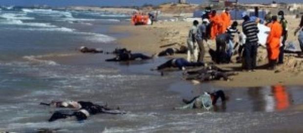 Corps de migrants africains sur une plage