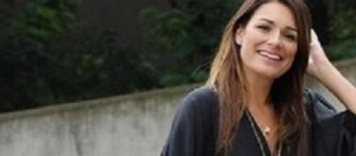 La Seredova sorride a paparazzi mentre fa shopping