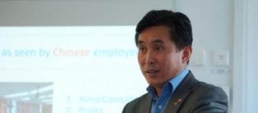 Tony Fang dando una conferencia.