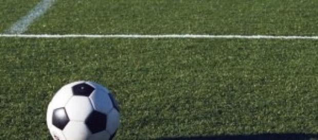 Un pallone da calcio in un campo di Serie A