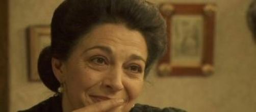 Donna Francisca minaccia Ines con una pistola