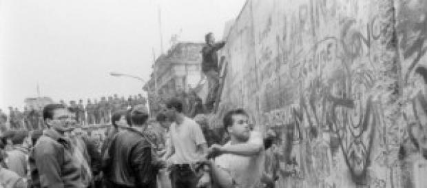 Un berlinés derribando parte del Muro