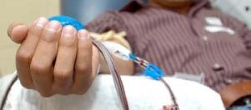 Persona donando sangre para salvar vidas.