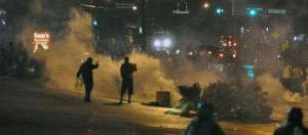 Des émeutiers affrontent la police à Ferguson.