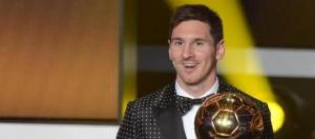 Messi posando con uno de sus balones de otro.