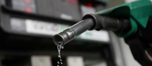 El petróleo baja un 40%, la gasolina 8