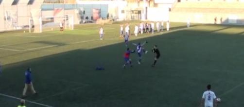 Pirata agride a pontapé o árbitro da partida