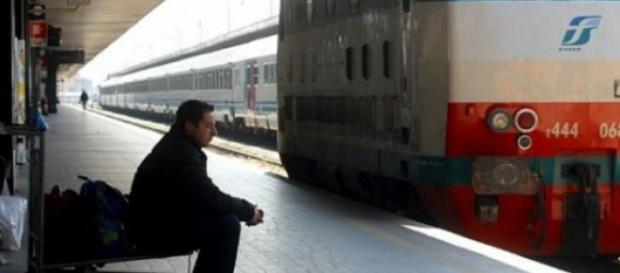 Un pendolare in attesa del treno