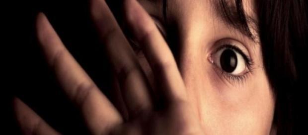 Violentata e messa incinta dal padre