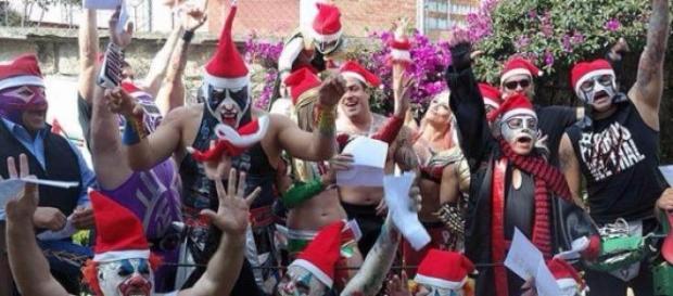 Luchadores de AAA festejan Navidad