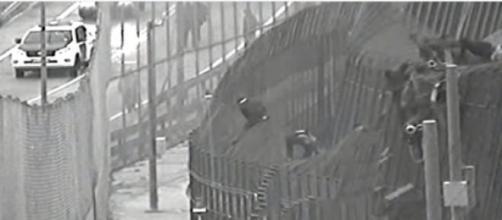 Inmigrantes atravesando la valla de Melilla