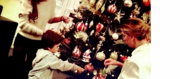 Claudia Galanti fa l'albero di Natale con Liam.