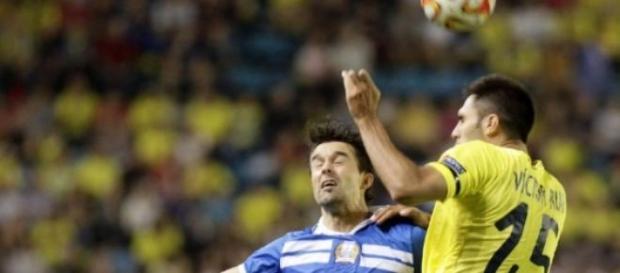 Victor Ruiz pelea un balón