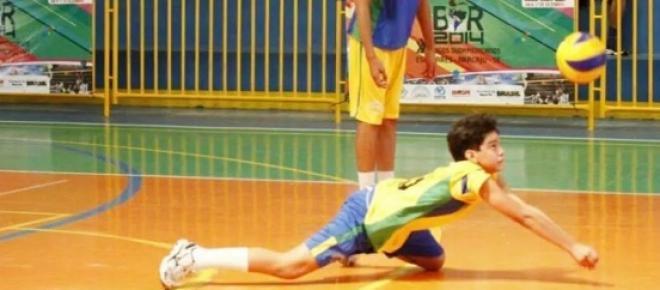 Equipe masculina de vôlei em ação