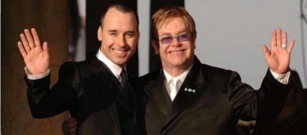 Elton John con il suo compagno David