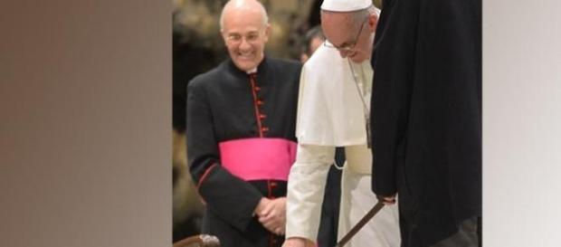Papa Francisco, acariciando un perro