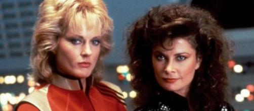 "Jane Badler y June Chadwick en ""V"""