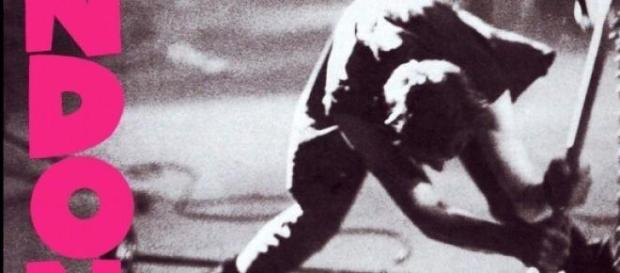 Paul Simonon destruye su bajo
