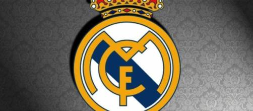 Escudo del Real Madrid sobre fondo gris