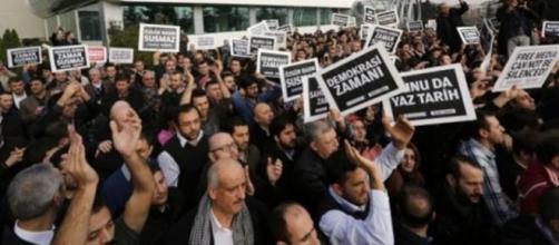 Funcionários do grupo Zaman protestam (Reprodução)