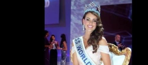 La bella Miss Mundo posa sonriente