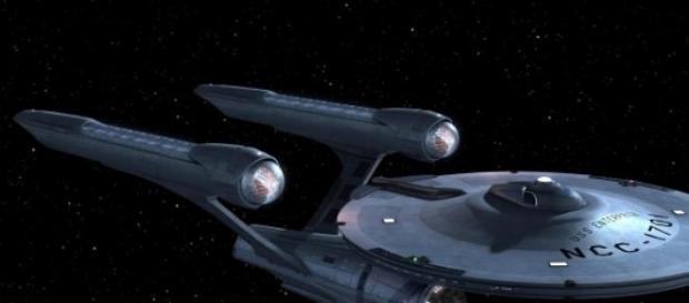 La nave Enterprise surcando el espacio