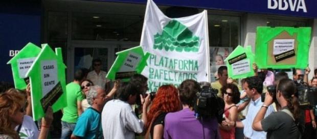 Protestas frente a los bancos, casas sin gente