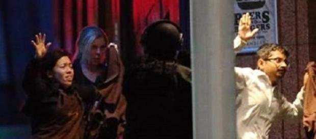 Tres de los rehenes huyendo ilesos de la cafetería