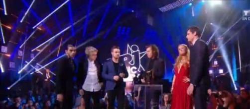 Paris Hilton entrega el premio a One Direction.