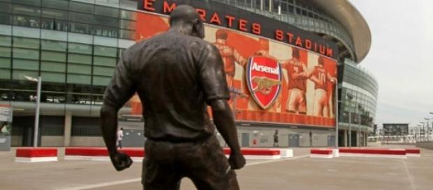 Estátua de Thierry Henry no Emirates Stadium