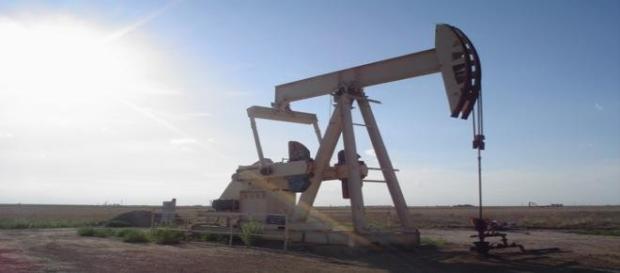 La surproduction de pétrole explique les prix bas.