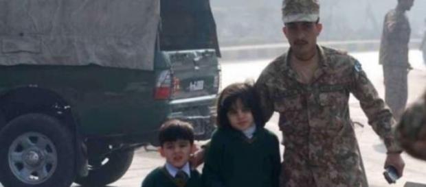 Pakistan, terroristi uccidono bambini a scuola