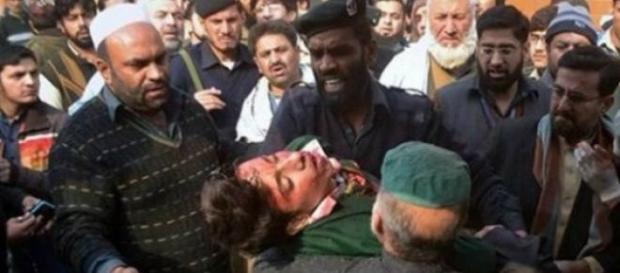 Una vittima dell'assalto dei talebani a Peshawar