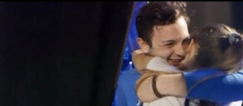 Lorenzo abbraccia Federica dopo la selezione a XF8