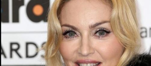 Madonna pide que no se escuchen las canciones.