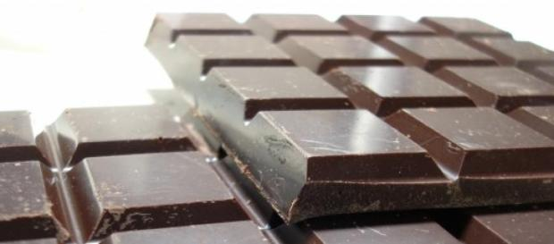 Barra de chocolate negro.