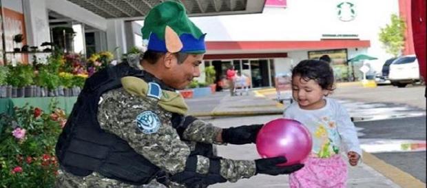 Policías se disfrazan de duendes verdes navideños