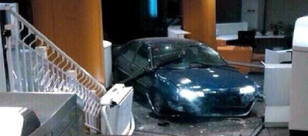 Un coche se estrella en una sede del PP