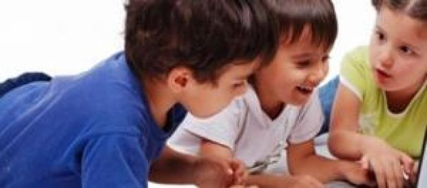 Niños aprendiendo cómo usar un ordenador