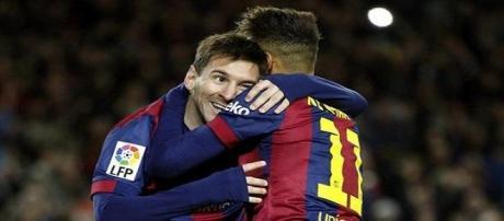 Leo Messi y Neymar se abrazan celebrando el gol