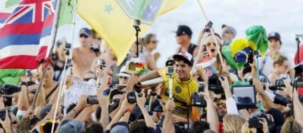 Gabriel Medina em ombros em Pipeline