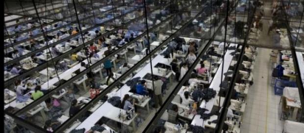 Nas fábricas, a escravatura é real.