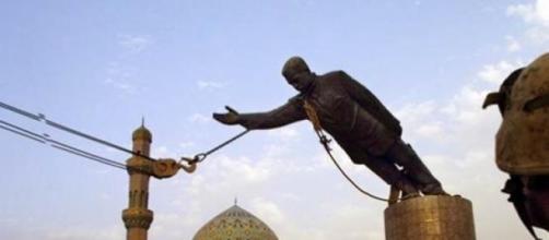 La chute du dictateur , enfin la statue