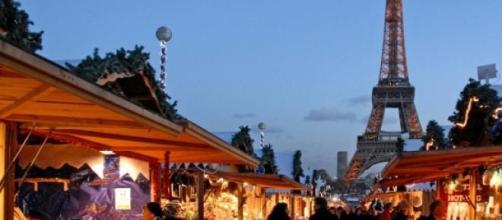 Noël illumine les rues parisiennes.