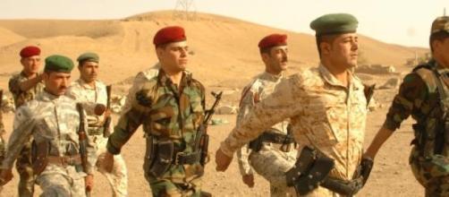 Tropas curdas enfrentam o EI.